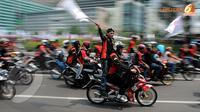 Selain berjalankaki, para buruh konvoi  dengan sepeda motor menuju istana (Liputan6.com/Abdul Aziz Prastowo)