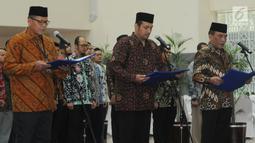 (Dari kiri) Eko Marjono sebagai Direktur Monitor, Arif Waluyo sebagai Kepala Biro Perencanaan dan Keuangan serta Kombes Panca Putra Simanjutak sebagai Direktur Penyidikan saat pelantikan pejabat baru KPK di Jakarta, Kamis (20/9). (Merdeka.com/Dwi Narwoko)
