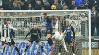 Striker Juventus, Cristiano Ronaldo, melakukan tendangan salto saat melawan Inter Milan pada laga Serie A di Stadion Allianz, Turin, Jumat (7/12). Juventus menang 1-0 atas Inter Milan. (AP/Andrea Di Marco)
