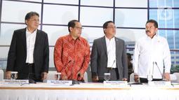 Ketua BPK Agung Firman Sampurna (kedua kanan, Wakil Ketua Agus Joko Pramono (kedua kiri) dan dua anggota Daniel Lumban Tobing (kiri) bersama Jaksa Agung Burhanuddin bersiap menyampaikan keterangan pers hasil pemeriksaan Asuransi Jiwasraya di Jakarta, Rabu (8/1/2020). (Liputan6.com/Herman Zakharia)