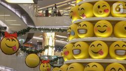 Pohon Natal dengan konsep Joypixels Emoji menghiasi atrium Lippo Mall Kemang,  Jakarta Sabtu (14/12/2019). Mengusung tema Wonderful Holiday berbagai kegiatan yang berlangsung hingga 5 Januari 2020 mengajak keluarga berlibur sambut natal dan tahun baru. (Liputan6.com/Fery Pradolo)