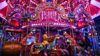 Anak-anak bermain wahana kuda putar di Skytropolis Funland di resor Genting Highlands, Kuala Lumpur, Malaysia (30/6/2019). Di dalam Skytropolis Funland, ada sekitar 21 wahana yang terbagi menjadi tiga bagian, antara lain Child Rides, Family Rides, dan Thrill Rides. (AFP Photo/Mohd Rasfan)