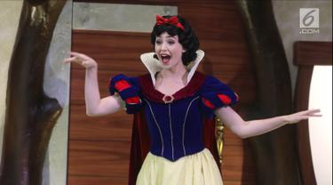 """Karakter Putri Salju atau Snow White dalam acara """"Dream Big, Princess"""" di Lippo Mall Puri, Jakarta, Kamis (5/7). Dua karakter Disney Princess, Snow White dan Ariel hadir untuk pertama kalinya di Indonesia. (Liputan6.com/Arya Manggala)"""