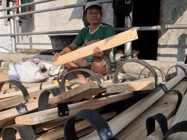 Perajin menyelesaikan pembuatan bakiak di Jakarta, Kamis (1/8/2019). Memasuki bulan Kemerdekaan, produksi bakiak rumahan milik Bang Bandit ini mampu menghasilkan 150 pasang bakiak per hari dengan harga jual Rp 25 ribu-35 ribu dan telah dipasarkan hingga ke Bekasi. (merdeka.com/Iqbal S Nugroho)