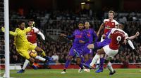 Striker Arsenal, Alexandre Lacazette, berusaha membobol gawang Liverpool yang dijaga Alisson Becker pada laga Premier League di Stadion Emirates, London, Minggu (3/11). Kedua klub bermain imbang 1-1. (AFP/Ian Kington)