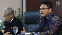 Juru Bicara MK Fajar Laksono (kanan) saat menjelaskan angket KPK di Gedung MK, Jakarta, Kamis (15/2). Atas putusan MK tersebut, KPK nantinya disebutkan wajib melaksanakan rekomendasi yang dihasilkan Pansus. (Liputan6.com/Angga Yuniar)