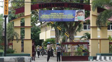 Sejumlah personel provost Propam Polda Sulteng berjaga di gerbang masuk Mapolda Sulteng