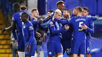 Para pemain Chelsea merayakan gol yang dicetak oleh Thiago Silva ke gawang West Ham United pada laga Liga Inggris di Stadion Stamford Bridge, Selasa (22/12/2020). Chelsea menang dengan skor 3-0. (AP/Catherine Ivill,Pool)