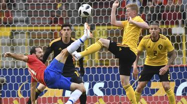 Aksi pemain Kosta Rika, Marco Urena (kiri) mencoba melepaskan tembakan saat di adang pemain Belgia, Kevin De Bruyne pada laga uji coba di King Baudouin stadium, Brussels, (11/6/2018). Belgia menang 4-1. (AP/Geert Vanden Wijngaert)