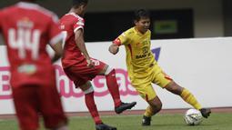 Gelandang Bhayangkara FC, Adam Alis, berusaha melewati pemain Perseru Badak Lampung FC pada laga Liga 1 2019 di Stadion Patriot, Bekasi, Jumat (16/8). Bhayangkara FC takluk 0-1 dari Perseru Badak Lampung FC. (Bola.com/M Iqbal Ichsan)