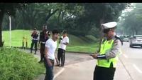 Tidak terima ditilang polisi, seorang pemuda marah dan merusak motor matic milik kekasihnya secara brutal di Jalan Letnan Soetopo Serpong atau tepatnya di depan Pasar Modern BSD, Kota Tangerang Selatan (Tangsel), Kamis (7/2/2019).