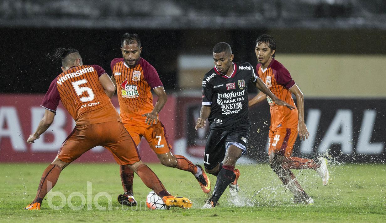 Pemain Bali United FC, Yabes Roni Malaifani berusaha melewati hadangan para pemain Pusamania Borneo FC pada laga Piala Presiden 2017 di Stadion I Wayan Dipta, Bali, Senin (13/2/2017). (Bola.com/Vitalis Yogi Trisna)
