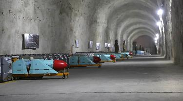 Rudal antikapal dipajang selama peresmian pangkalan rudal bawah tanah di Teluk Persia, Iran, 8 Januari 2021. Korps Garda Revolusi Islam (IRGC) Iran menerbitkan foto-foto pangkalan rudal bawah tanah baru di pantai Teluk Persia pada hari 8 Januari 2021. (SEPAHNEWS/AFP)