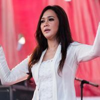 Penyanyi Maia Estianty menghibur warga dalam Konser Kebangkitan Nasional di Waduk Pluit, Penjaringan, Jakarta Utara, Sabtu (20/5). (Liputan6.com/Gempur M. Surya)
