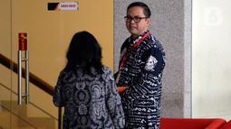 Komisioner Komisi Pemilihan Umum (KPU), Viryan Aziz (kanan) memenuhi panggilan penyidik KPK di Jakarta, Selasa (28/1/2020). Viryan diperiksa sebagai saksi dalam kasus suap terkait pergantian antarwaktu anggota DPR yang menyeret mantan Komisioner KPU Wahyu Setiawan. (merdeka.com/Dwi Narwoko)