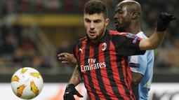 Striker AC Milan, Patrick Cutrone, berebut bola dengan pemain F91 Dudelange, Jerry Prempeh, pada laga Liga Europa di Stadion San Siro, Kamis (29/11). AC Milan menang 5-2 atas F91 Dudelange. (AP/Luca Bruno)