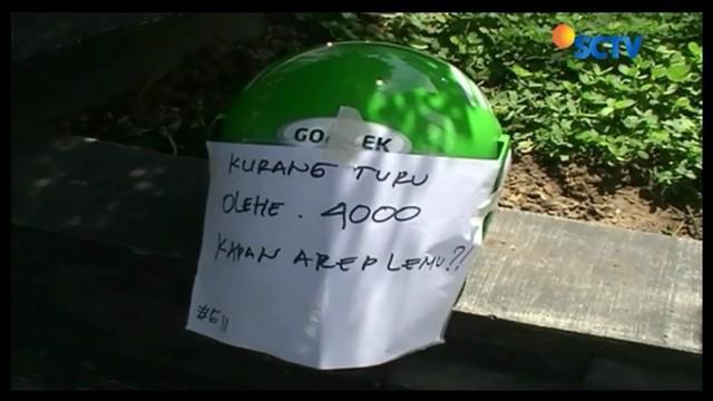 Tuntut tarif minimal dikembalikan seperti semula, pengemudi Gojek lakukan aksi unjuk rasa dengan menjejerkan helm di sepanjang Jalan Margo Utomo, Yogyakarta.