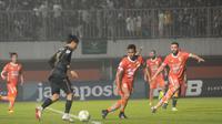 Gelandang PSS Sleman, Rangga Muslim, mencoba menembus pertahanan Borneo FC pada leg kedua 16 besar Piala Indonesia 2018 di Stadion Maguwoharjo, Rabu (20/2/2019). (Vincentius Atmaja)