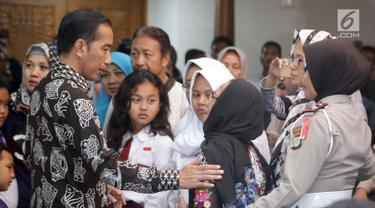 Presiden Joko Widodo berbincang dengan keluarga korban Lion Air JT 610 di Crisis Center Gedung VIP Bandara Soekarno-Hatta, Tangerang, Senin (29/10). Jokowi berharap para keluarga untuk bersabar menunggu hasil.(Liputan6.com/Fery Pradolo)