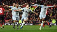 Pemain Derby County merayakan kemenangan atas  Manchester United pada Piala Liga Inggris di Stadion Old Trafford, Rabu (26/9/2018). Manchester United takluk adu penalti 9-10 (2-2) dari Derby County. (AFP/Paul Ellis)