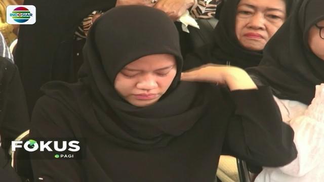 Tengah mengandung 7 minggu, istri Shandy Johan Ramadhan, korban Lion Air jatuh asal Cipinang, Jaktim, tak kuasa menahan tangis saat menyaksikan pemakaman suaminya.