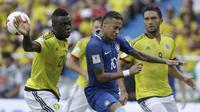 Neymar (tengah) berebut bola dengan pemain Kolombia, Davinson Sanchez (kiri) pada laga kualifikasi Piala Dunia 2018 di Roberto Melendez stadium, Barranquilla, Kolombia, (5/9/2017). Kolombia bermain imbang 1-1 lawan Brasil. (AP/Ricardo Mazalan)