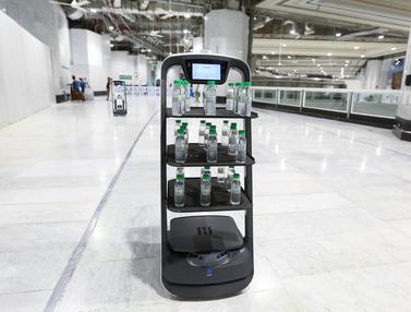 Arab Saudi Pakai Robot Bagikan Air Zamzam