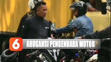 Dari rekaman kamera warga, pelaku tampak emosi ketika ada dua pengendara sepeda motor lain yang mengalangi lajunya.