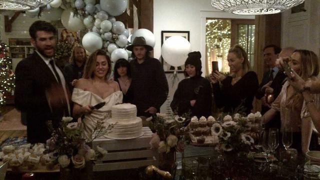 Suasana Pernikahan Miley Cyrus - Liam Hemsworth (Instagram/ billyraycyrus - https://www.instagram.com/p/Br6FBq2h0Tt/?utm_source=ig_embed)