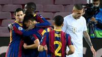 Pemain Barcelona, Lionel Messi, merayakan gol yang dicetak Pedri ke gawang Ferencvaros pada matchday 1 Grup G Liga Champions 2020/2021 di Camp Nou, Rabu (21/10/2020) dini hari WIB. Barcelona menang 5-1 atas Ferencvaros. (AFP/Lluis Gene)