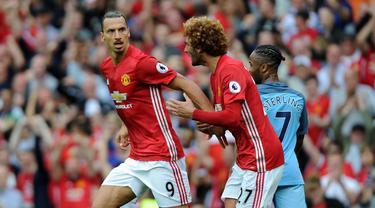 Zlatan Ibrahimovic (kiri) menambah pundi-pundi golnya saat bersua Manchester City pada Premier League Old Trafford, Manchester, Britain, (10/11/2016). Ibahimovic telah mengoleksi 4 gol. (EPA/Peter Powell)