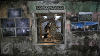 Pengunjung menyaksikan pameran foto peringatan 5 tahun letusan Merapi 2010 di Dusun Petung,Sleman,  Yogyakarta, Kamis (29/10/2015). Pameran bertempat di bekas pemukiman warga yang menjadi saksi bisu saat terjangan lahar panas erupsi Merapi. (Boy Harjanto)