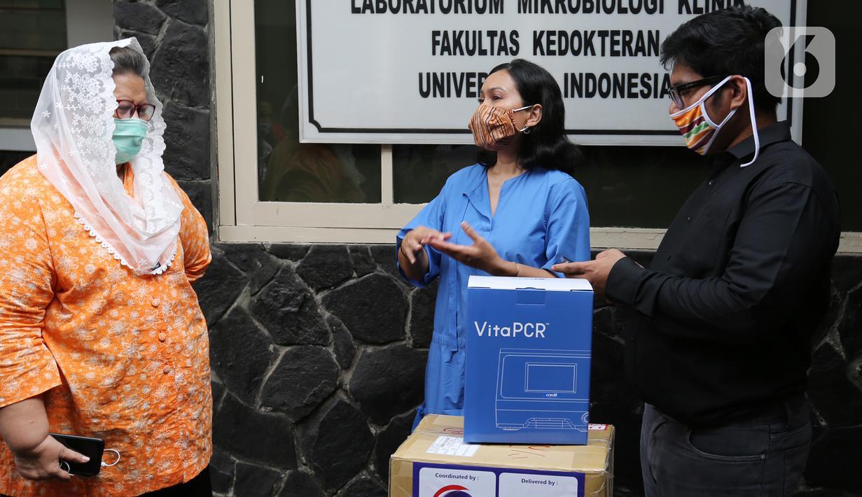 Head of Group Strategic Marcomm PT Bank DBS Indonesia, Mona Monika (tengah) berbincang dengan Ketua UKK LMK Fakultas Kedokteran UI Pratiwi Sudarmono (kiri) dan Ketua Pelaksana Covid-19 Yayasan Satriabudi Dharma Setia, dr. Vincentius Simeon Weo Budhyanto di Fakultas Kedokteran UI. (Liputan6.com)