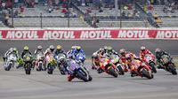 Suasana balapan MotoGP saat baru memulai start di Sirkuit Indianapolis, AS, Senin (10/8/2015). Pada balapan itu Marquez menjadi yang tercepat diikuti Lorenzo dan Rossi ditempat kedua dan ketiga. (EPA/Erik S. Lesser)