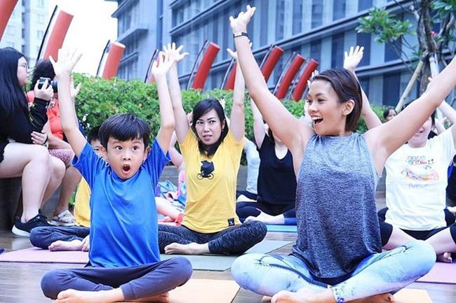 """Sheemar pun menikmatinya yoganya kala itu. Kegiatan yoga ini sebuah acara yoga bersama dengan tajuk """"Mommy and Me Yoga""""./instagram.com/melanieputria/gen"""