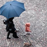 Inilah sederet keribetan umum ibu-ibu saat hujan turun. (Via: parisperfect.com)