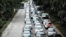 Suasana kepadatan arus lalu lintas di kawasan Jalan Sudirman, Jakarta, Rabu (6/4/2016).Rencana ini dilakukan untuk mengurangi kemacetan di Jakarta. (Liputan6.com/Faizal Fanani)