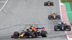 Verstappen tidak mengalami banyak gangguan pada balapan ini. Ia mampu menjaga jarak dengan Hamilton 2,8 detik dalam waktu 10 putaran. Sedangkan rekannya Sergio Perez menempel ketat pembalap McLaren, Nando Lorris dan mampu menyalipnya pada putaran ke-10. (Foto: AP/Pool/Darko Vojinovic)