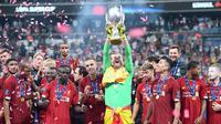 Liverpool ketika mengangkat trofi UEFA Super Cup 2019 usai kalahkan Chelsea lewat adu penalti 5-4 di Vodafone Arena, Istanbul, Kamis (15/8/2019) dini hari WIB. (Foto: UEFA)