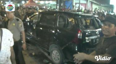 Pengemudi mobil di Medan tabrak sejumlah pejalan kaki. Massa yang mengamuk, lakukan aksi main hakim sendiri hingga pengemudi mobil tersebut meninggal dunia.