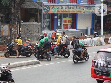 Pengendara sepeda motor memutar balik dan melawan arah di kawasan Lenteng Agung, Jakarta Selatan, Rabu (9/1/2019). Kurangnya pengawasan serta minim kesadaran tertib berlalu lintas menyebabkan sebagian pemotor nekat melawan arus. (Liputan6.com/Immanuel Antonius)