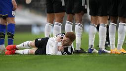 Gelandang Fulham, Harrison Reed berbaring di belakang rekan-rekannya yang membuat pagar hidup untuk menjaga tendangan bebas pemain Southampton dalam laga lanjutan Liga Inggris 2020/21 di Craven Cottage, Sabtu (26/12/2020). (AFP/Adam Davy/Pool)