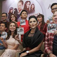 Penyanyi Krisdayanti dan Rossa menunjukkan album original soundtrack Ayat Ayat Cinta 2 saat jumpa pers di Jakarta, Senin (4/12). Album tersebut berkolaborasi dengan Rossa, Krisdayanti serta Raisa dan lain-lainnya. (Liputan6.com/Herman Zakharia)