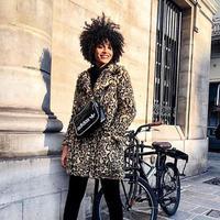 Tampil kece dengan jaket bermotif bold ini. (Sumber foto: whowhatwear/instagram)