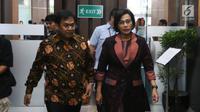 Menteri Keuangan Sri Mulyani (kanan) saat akan memberikan apresiasi dan penghargaan kepada 30 Wajib Pajak (WP) di Jakarta, Rabu (13/3). Penerimaan pajak Kanwil DJP Wajib Pajak Besar tahun 2019 ditargetkan tumbuh 19 persen. (Liputan6.com/JohanTallo)