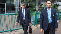 Sekretaris Jenderal PSSI, Aswan Karim (kanan), mendampingi perwakilan FIFA, Primo Corvaro, usai mengadakan pertemuan di Kantor PSSI, Jakarta, Senin (20/6/2016). (Bola.com/Vitalis Yogi Trisna)