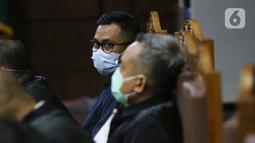 Terdakwa perantara suap dari Djoko Tjandra kepada Jaksa Pinangki Sirna Malasari terkait pengurusan fatwa di Mahkamah Agung (MA), Andi Irfan Jaya saat menjalani sidang lanjutan di Pengadilan Tipikor, Jakarta, Rabu (2/12/2020). Sidang mendengar keterangan saksi. (Liputan6.com/Helmi Fithriansyah)