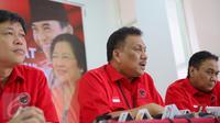 Ketua Fraksi PDIP Olly Dondokambey (tengah) memberikan keterangan pers usai rapat koordinasi di DPP PDIP, Jakarta, Kamis (17/9/2015). Dalam rapat Megawati meminta kepada fraksi untuk turun ke bawah sukseskan pilkada serentak. (Liputan6.com/Faizal Fanani)