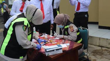 Nampak beberapa anggota polres Garut, menunggu giliran untuk melakukan tes urine di depan tim kesehatan polres Garut, Jawa Barat.
