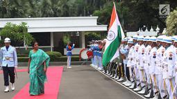 Menteri Pertahanan India, Nirmala Sitharaman berjalan  saat tiba di Kantor Kementerian Pertahanan, Jakarta Pusat, Selasa (23/10). Kunjungan Menhan India Tersebut untuk mempererat kerja sama bidang keamanan kedua negara. (Lipuann6.com/Angga Yuniar)